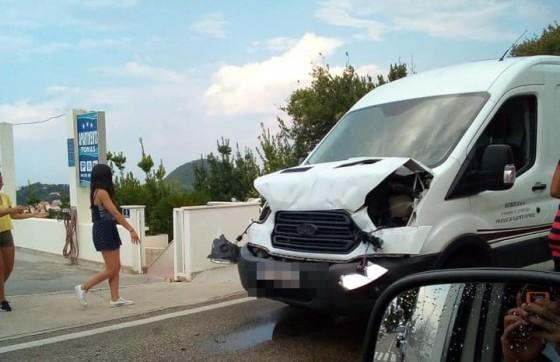 Crna kronika − PROMETNA KOD PETLJE Sudarili se kombi i teretno vozilo (FOTO)