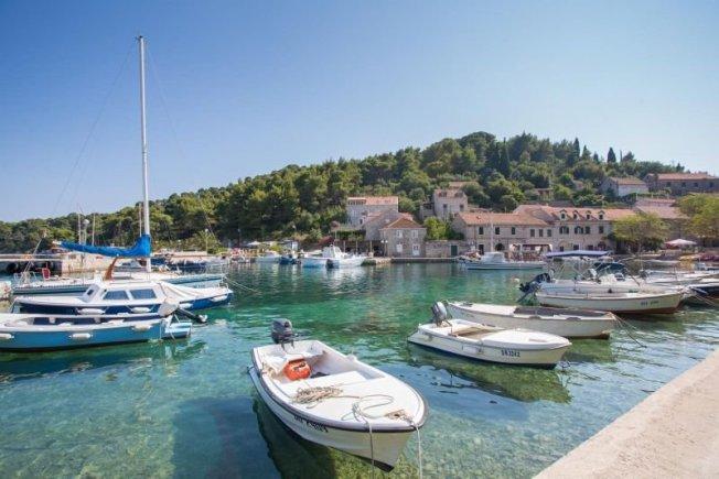Bogatu povijest otoka, ljepotu, znamenitosti, običaje i gastronomiju najbolje ćete upoznati otkrivajući otok.